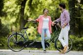 Pareja montando en bicicleta — Foto de Stock