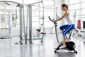 Женщина, обучение в тренажерном зале — Стоковое фото