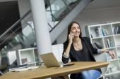 办公室里的女人 — 图库照片