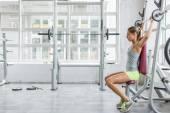 Giovane donna allenamento in palestra — Foto Stock