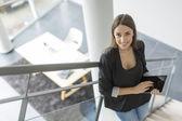 デジタル タブレットを持つ女性 — ストック写真