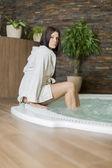 在热浴盆里的女人 — 图库照片