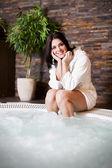 Giovane donna rilassante nella vasca idromassaggio — Foto Stock