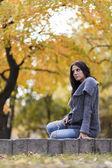 Jovem no parque outono — Foto Stock