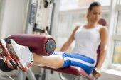 Mujer joven y bonita de entrenamiento en el gimnasio — Foto de Stock