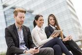 Młodzi przedsiębiorcy na zewnątrz — Zdjęcie stockowe