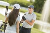 Young couple at golf court — Stockfoto