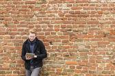 Mann mit tablet — Stockfoto