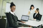 Jovens mulheres no escritório — Fotografia Stock