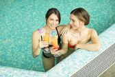 Молодые женщины в бассейне — Стоковое фото