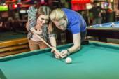 Jong koppel pool spelen — Stockfoto
