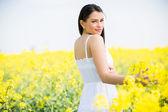 Młoda kobieta w polu wiosna — Zdjęcie stockowe