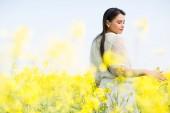Giovane donna nel campo di primavera — Foto Stock