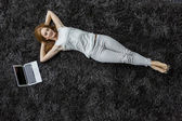 Женщина, лежа на ковре — Стоковое фото