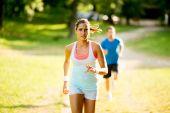 Молодая пара, бегущая — Стоковое фото