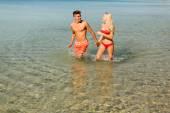 Casal relaxando na praia — Fotografia Stock