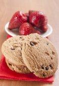 Gebackene kekse mit sahne und erdbeere — Stockfoto