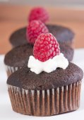 Chocolate muffins with crispy top (selective focus) — Stock Photo