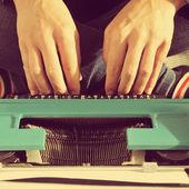 Молодой человек машинописи — Стоковое фото