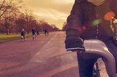 Man riding a bicycle in Hyde Park in London, United Kingdom — Stock Photo