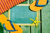 Flip-flops, starfish and chalkboard with the word verano — Stock Photo