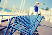 Characteristic blue chairs at the Promenade des Anglais in Nice, — Stock Photo