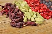 Getrocknete Hibiskusblüten, Grüner Kardamom, rosa Pfeffer und jun — Stockfoto