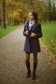 Beautiful young woman posing in park — Fotografia Stock