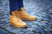 Füße in gelbe Stiefel — Stockfoto