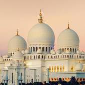 View of Abu Dhabi Sheikh Zayed Mosque at sunset — Stock Photo