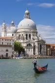Gondola on Canal Grande with Basilica di Santa Maria della Salut — Stockfoto