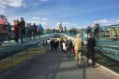 Blurred motion view over the Millennium footbridge — Stock Photo