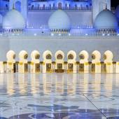 View in the Abu Dhabi Sheikh Zayed Mosque by night — Stock Photo