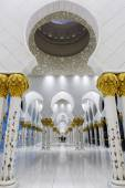 In the famous Sheikh Zayed Grand Mosque — Stock Photo