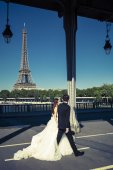 Married on a bridge in Paris — Stock Photo