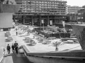 Black and white Barbican estate in London — Stockfoto