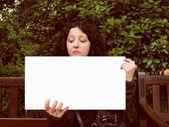 Dziewczynka gospodarstwa transparent — Zdjęcie stockowe