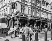 Schwarz und weiß Red Lion Pub in London — Stockfoto