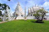 Vitt tempel - wat rong khun i chiang rai på solig dag — Stockfoto
