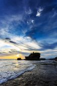 日暮时分,巴厘岛的 Tahah 很多寺庙和海洋波 — 图库照片