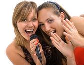 Dziewczyny śpiewają karaoke — Zdjęcie stockowe