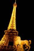Eiffel tower door nacht, parijs — Stockfoto