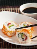 Uramaki sushi na talerzu — Zdjęcie stockowe