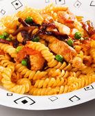 Fusilli pasta with peas and chicken — Stock Photo