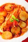 Pescado guisado en salsa de tomate con patatas — Foto de Stock