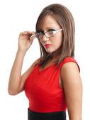 νεαρή γυναίκα με κόκκινο φόρεμα — Φωτογραφία Αρχείου