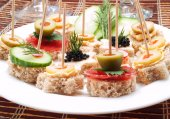 Vegetarian appetizers on sticks — Stock Photo