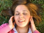 Donna ascoltando all'aperto musica — Foto Stock
