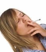 Jovem mulher fumando — Fotografia Stock