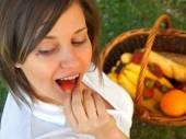 Jovem comendo morango — Fotografia Stock